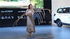 一根羽毛的重量车展上平衡大师的逆天表演