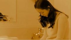 你的眷恋落进我的酒杯